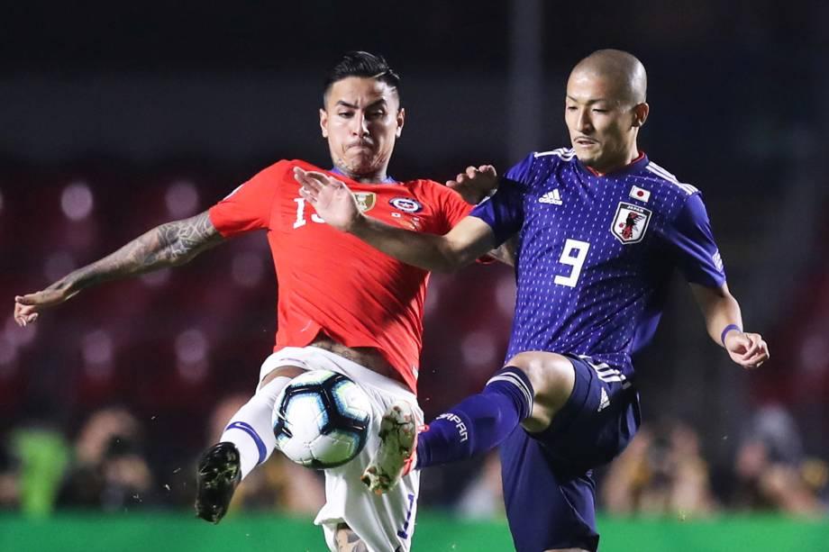 Daizen Maeda, jogador do Japão, disputa lance com Erick Pulgar, do Chile, durante partida válida pelo grupo C da Copa América, realizada no Estádio do Morumbi, em São Paulo (SP) - 17/06/2019