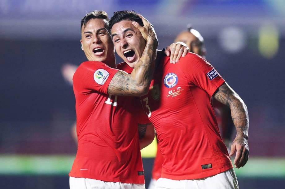 Erick Pulgar comemora com Eduardo Vargas após marcar gol durante partida entre Japão e Chile, válida pelo grupo C da Copa América - 17/06/2019