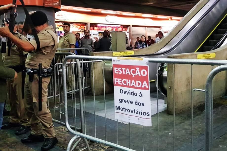 Acesso à estação Itaquera do metrô bloqueada durante greve dos metroviários na zona leste de São Paulo - 14/06/2019