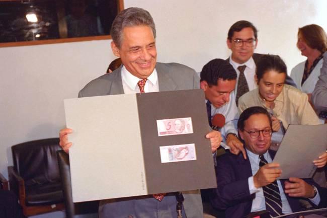 Fernando Henrique Cardoso (Ministro da Fazenda), e Pedro Malan, durante coletiva no Ministério da Fazenda - 30/03/1994<br />