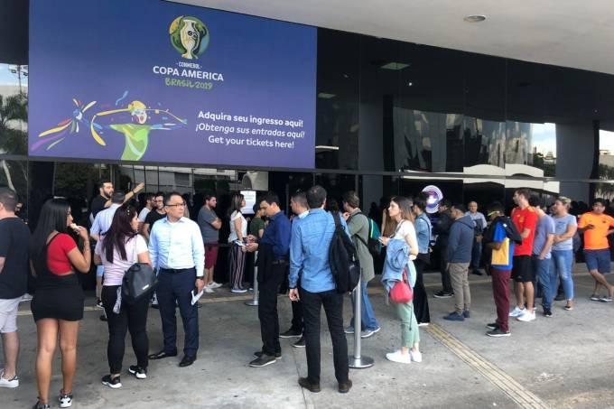 Filas para retirar ingressos da Copa América no Memorial da América Latina, em São Paulo