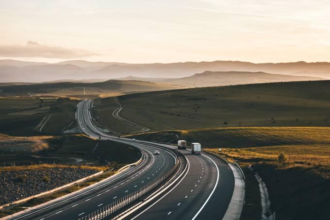 Imagem de estrada: texto: dicas para viajar com segurança no feriado