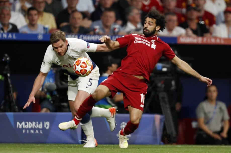 Jan Vertonghen e Salah, disputam bola durante partida válida pela final da Champions - 01/06/2019