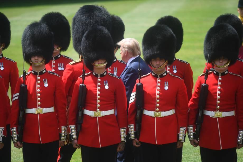 O presidente dos Estados Unidos, Donald Trump, acompanha o príncipe Charles durante a inspeção da Guarda de Honra no palácio de Buckingham, em Londres - 03/06/2019