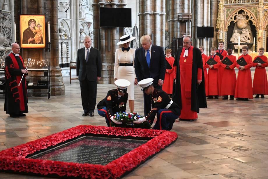 Donald Trump e Melania Trump colocam uma coroa no túmulo do soldado desconhecido durante visita a Abadia de Westminster, acompanhados do Príncipe Andrew, Duque de York - 03/06/2019