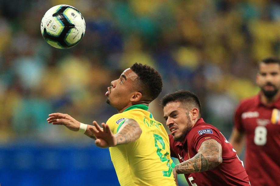 Gabriel Jesus, do Brasil, disputa lance com Junior Moreno, durante partida válida pela fase de grupos da Copa América - 18/06/2019