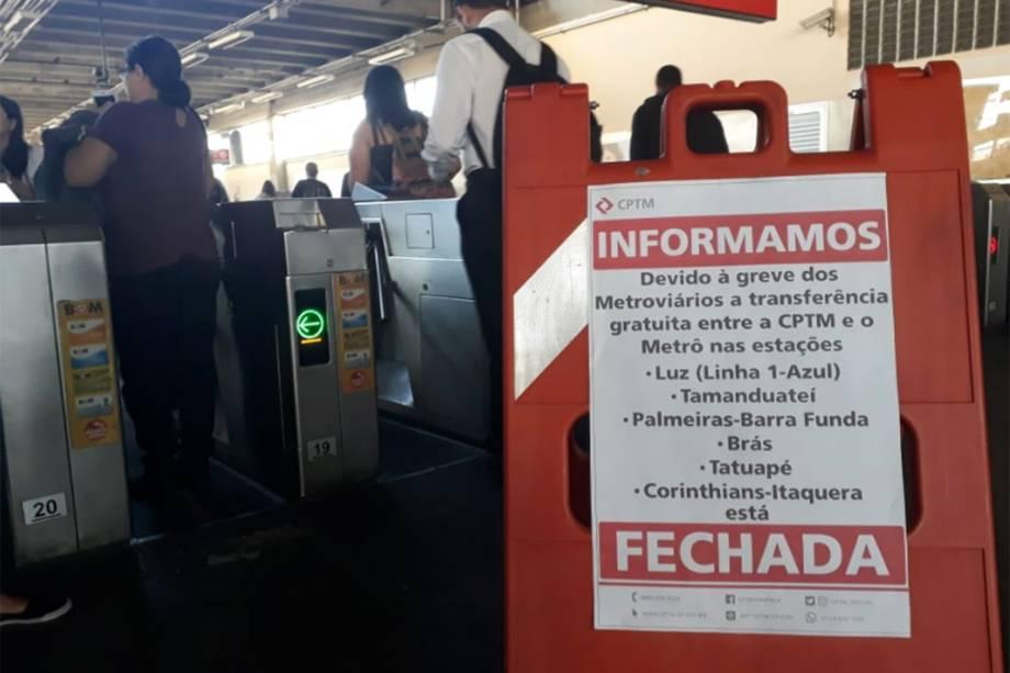 Nas catracas da estação Osasco, placa informa da paralisação de linhas do metrô - 14/06/2019