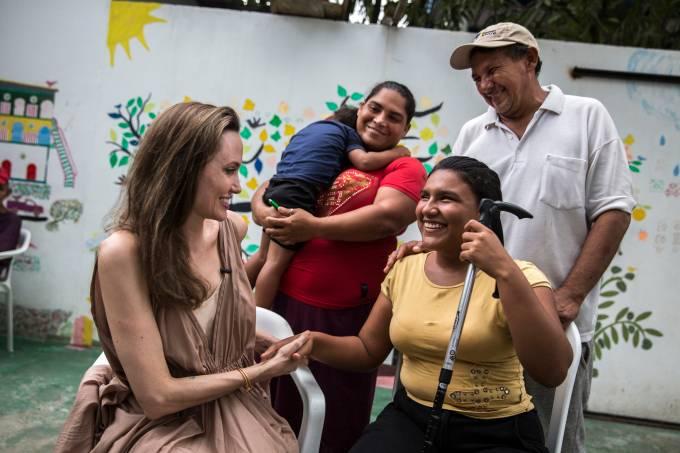 Angelina Jolie visita refugiados na Colômbia