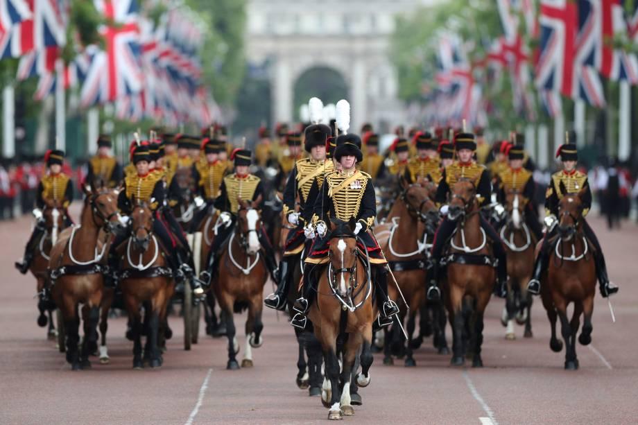 Cavaleiros descem o The Mall durante o desfile Trooping the Colour no centro de Londres - 08/06/2019