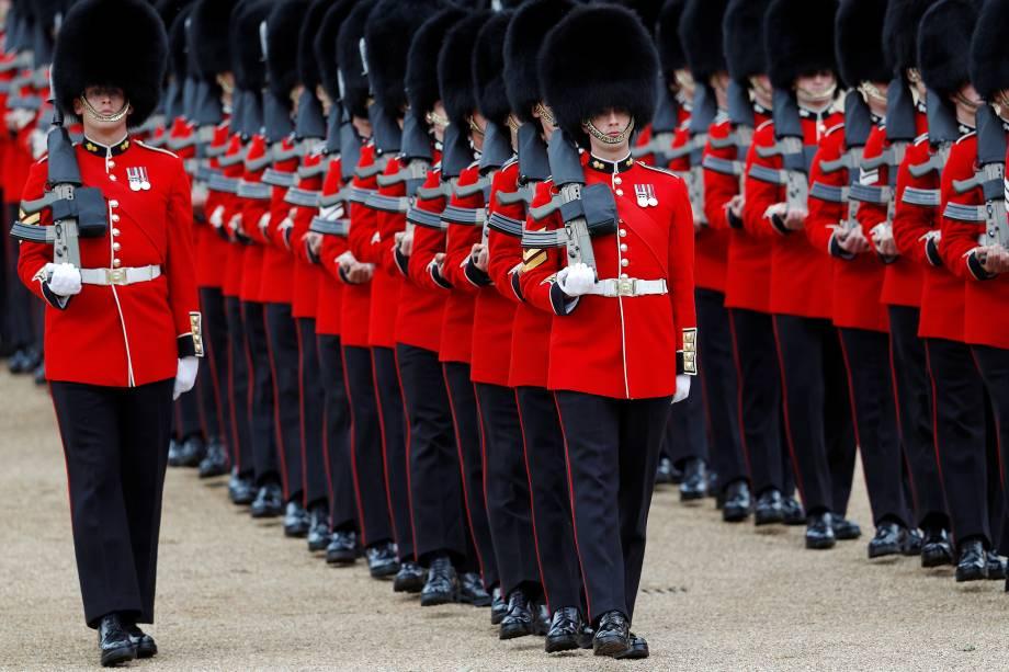 Membros da Coldstream Guards, tropa de infantaria de elite do Exército britânico, participam do desfile Trooping the Colour no centro de Londres - 08/06/2019