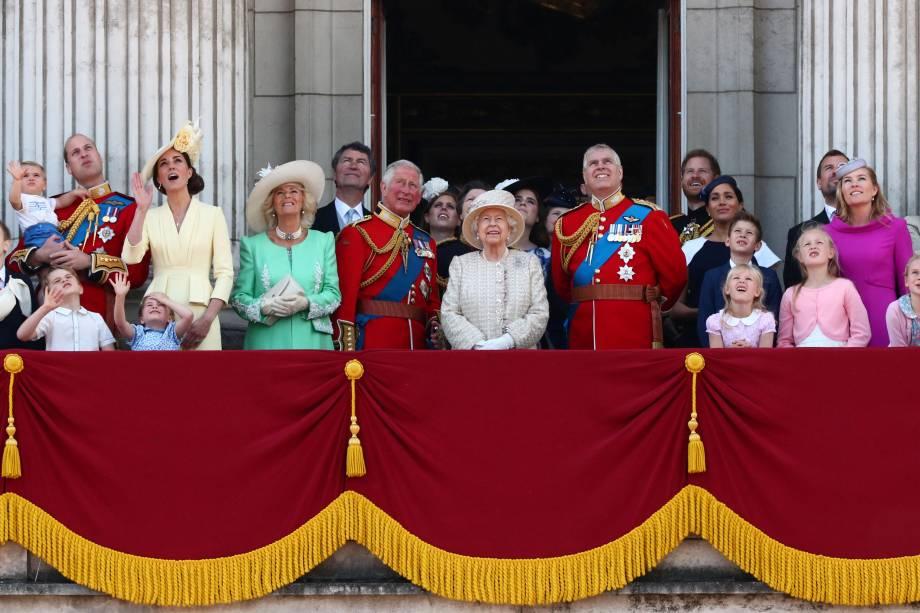 Rainha Elizabeth II assiste rodeada dos membros da família real britânica à apresentação da Equipe Aerobática da Força Aérea Real Red Arrows durante a parada anual Trooping the Colour, em Londres - 08/06/2019