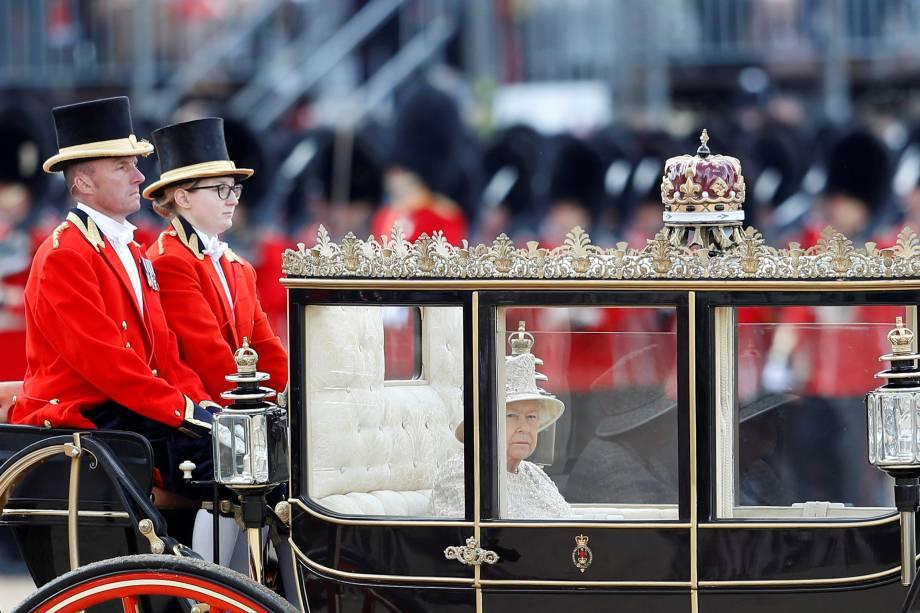 A rainha Elizabeth II chega de carruagem para os desfiles em homenagem ao seu aniversário no Palácio de Buckingham, em Londres - 08/06/2019