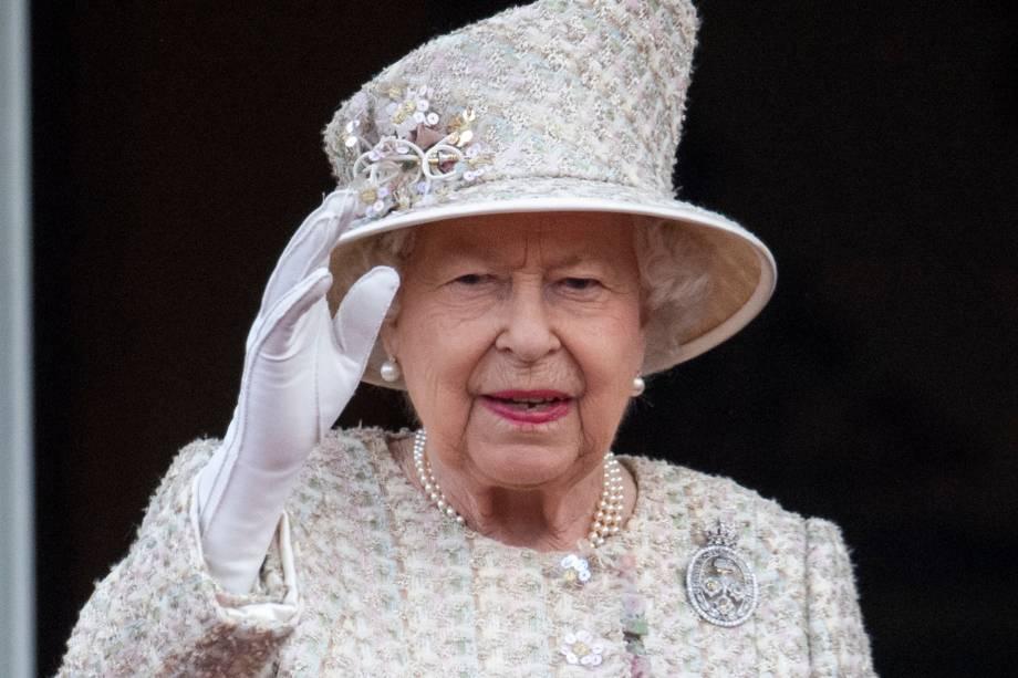 Rainha Elizabeth II saúda os súditos durante a parada anual Trooping the Colour, em celebração ao seu aniversário na sacada do Palácio de Buckingham, em Londres - 08/06/2019
