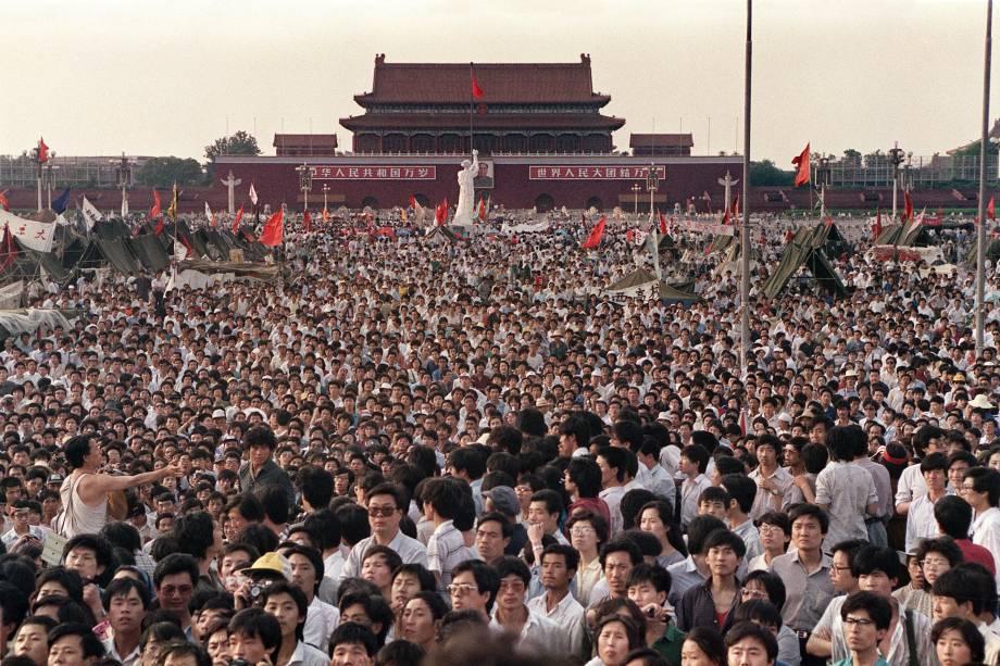 Pessoas reunidas na Praça Tiananmen durante um protesto pró-democracia em Pequim- 02/06/1989