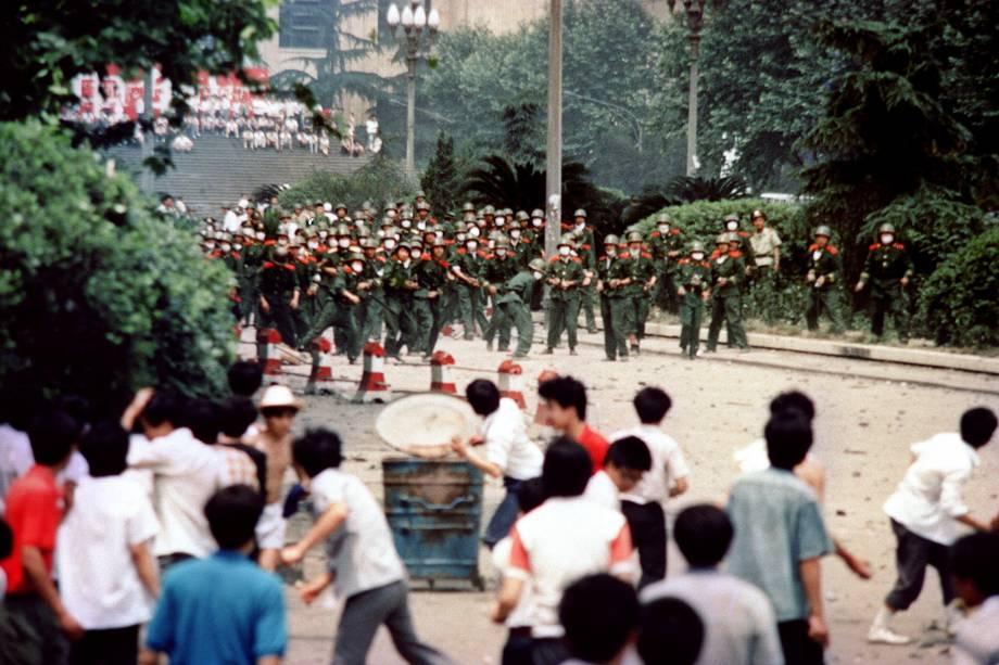 Estudantes chineses atirando pedras em tropas durante tumultos após a proclamação da lei marcial na cidade de Chengdu, capital da província de Sichuan, na China - 04/06/1989