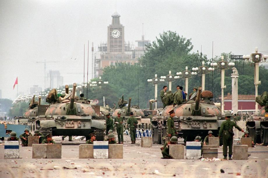 Tanques do Exército de Libertação do Povo (PLA) e soldados guardando a Avenida Chang'an, na Praça da Paz Celestial em Pequim - 06/06/1989