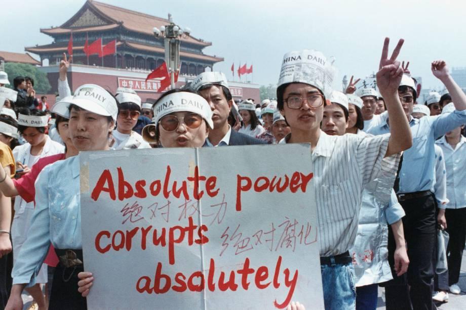 Grupo de jornalistas apoia o protesto pró-democracia na Praça da Paz Celestial, Pequim, China - 17/05/1989