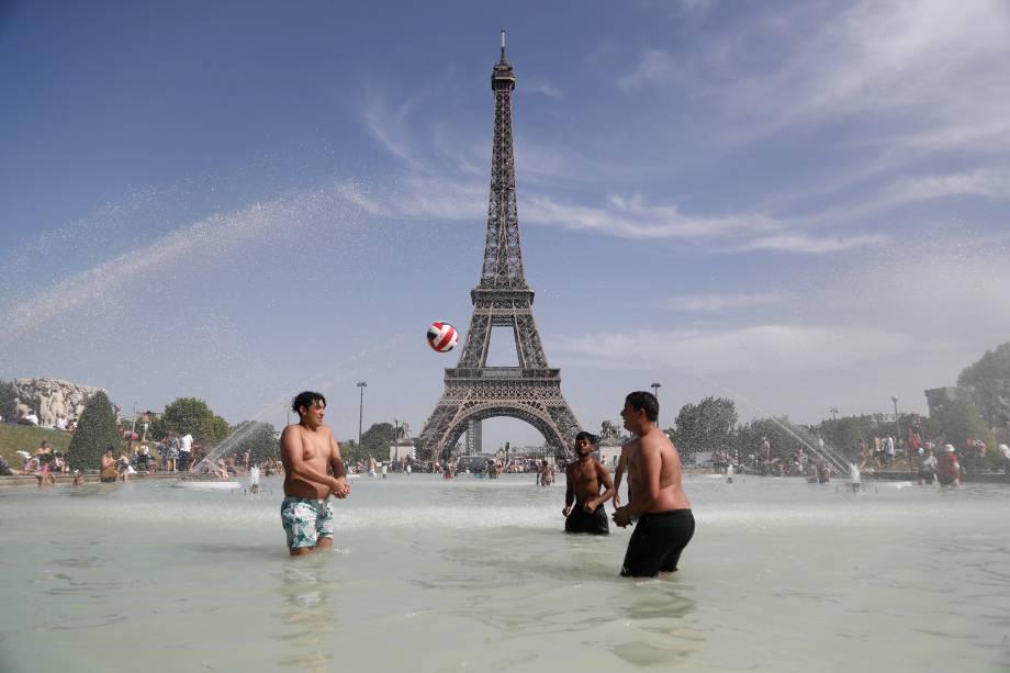 Grupo de pessoas são vistas na fonte de Esplanada de Trocadero em frente à Torre Eiffel, em Paris, capital da França - 28/06/2019