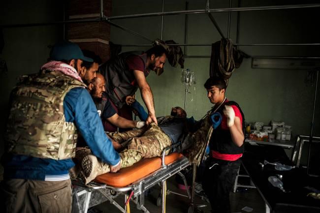 Soldado ferido durante tentativa de retomada do antigo aeroporto de Misarata, ocupado pelas forças militares de Khalifa Haftar, recebe primeiros cuidados – 02/05/2019