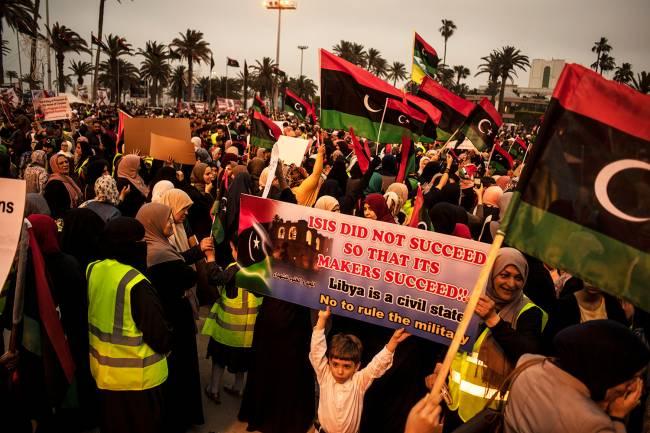 Manifestantes a Praça dos Mártires, em Trípoli: protesto contra a ofensiva do general Khalifa Haftar – 26/04/2019
