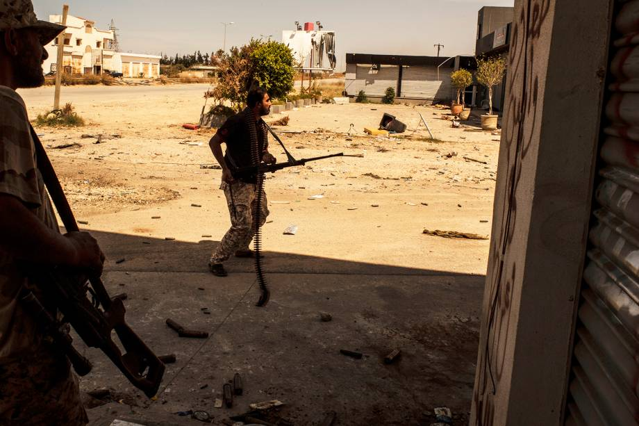 Combatente do grupo Katiba é visto na cidade de Misurata, na Líbia, durante confronto para retomar o antigo aeroporto internacional da cidade  ocupado pelas forças militares de Khalifa Haftar - 02/05/2019