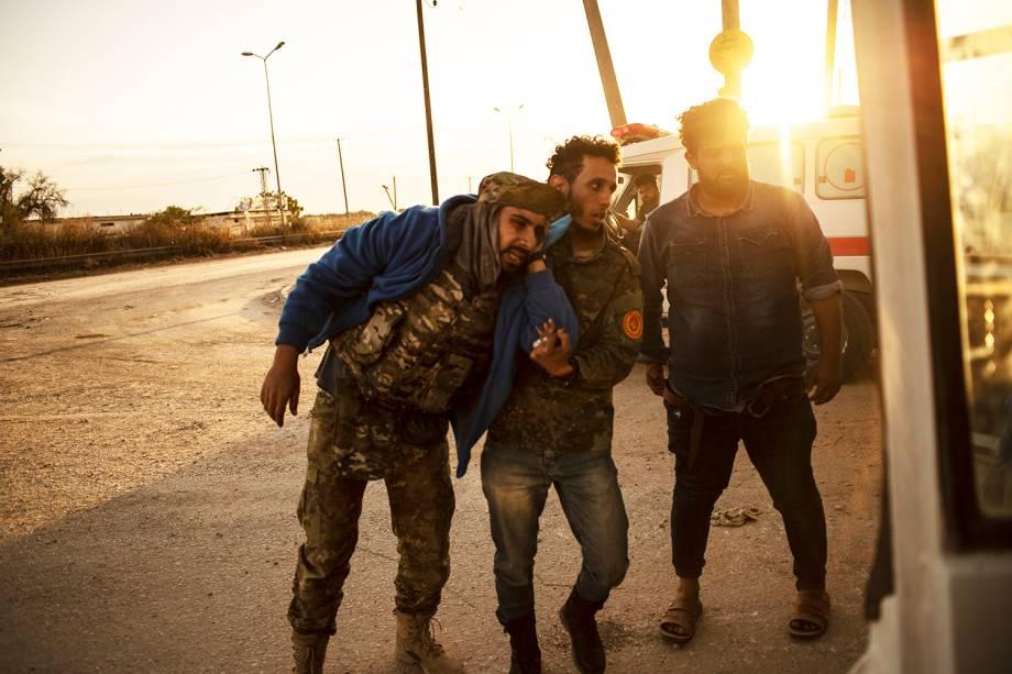 Membro do grupo Katiba é ferido durante confronto para retomar o antigo aeroporto internacional da cidade, ocupado pelas forças militares de Khalifa Haftar - 02/05/2019