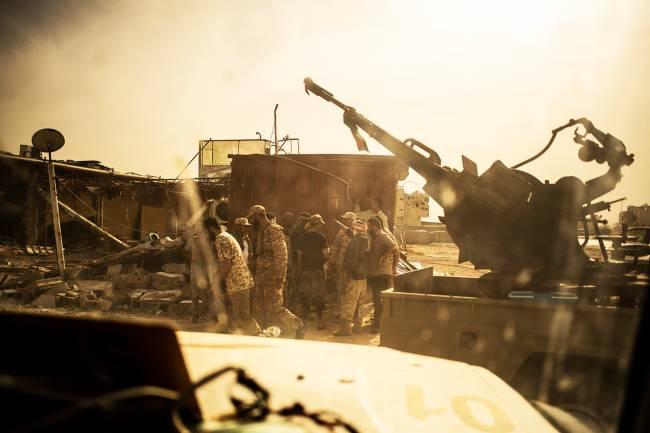 Soldados da brigada Yarmuk no subúrbio de Wadi Rabie, ao sul de Trípoli: entre combates – 03/05/2019