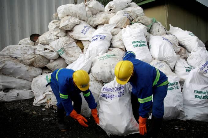 Trabalhadores recolhem lixo no Monte Everest