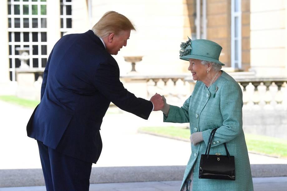 A rainha Elizabeth II da Grã-Bretanha cumprimenta o presidente dos Estados Unidos, Donald Trump, durante cerimônia de boas-vindas no palácio de Buckingham, em Londres - 03/06/2019