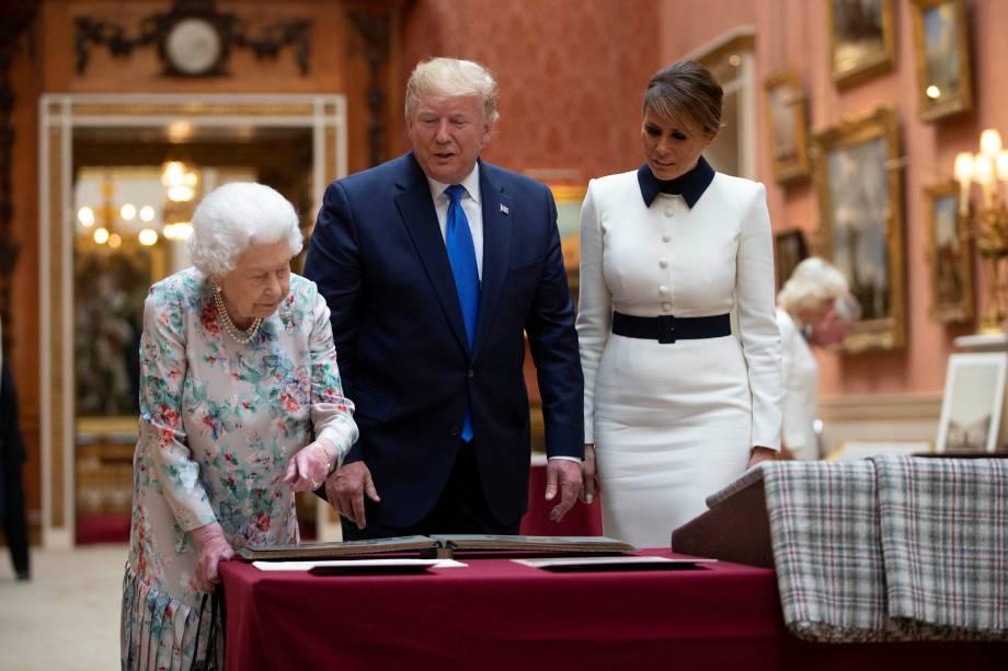 Rainha Elizabeth II mostra itens da coleção real a Donald Trump e a primeira-dama Melania Trump durante visita do presidente dos Estados Unidosao palácio de Buckingham em Londres - 03/06/2019