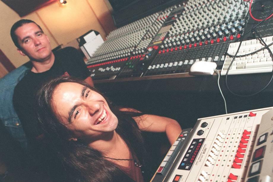 André Matos, vocalista do grupo Angra, e o produtor Charlie Bauerfeind [ao fundo], no estúdio Be-Bop em 1996