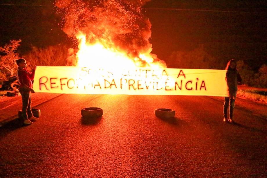 Manifestantes bloqueiam a pista da BR-290, na altura do quilometro 124, em   Porto Alegre (RS), na manhã desta sexta-feira, 14, como parte da greve geral convocada em todo o PaÌs contra a reforma da PrevidÍncia -   14/06/2019