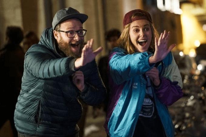 """Charlize e Seth Rogen são mesmo um """"Casal Improvável"""", mas convencem 100%"""