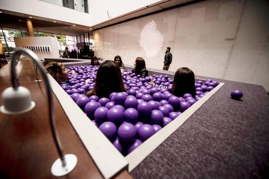 A famosa piscina de bolinhas no térreo do Nubank. Espaço é aberto ao público e pode ser usado tanto por funcionários quanto por clientes e visitantes