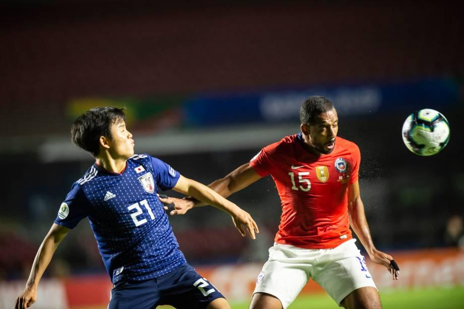 O atacante japonês Kubo disputa a bola com meia chileno Jean Beausejour