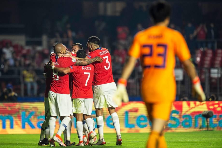 Jogadores do Chile comemoram gol de Erick Pulgar no Morumbi