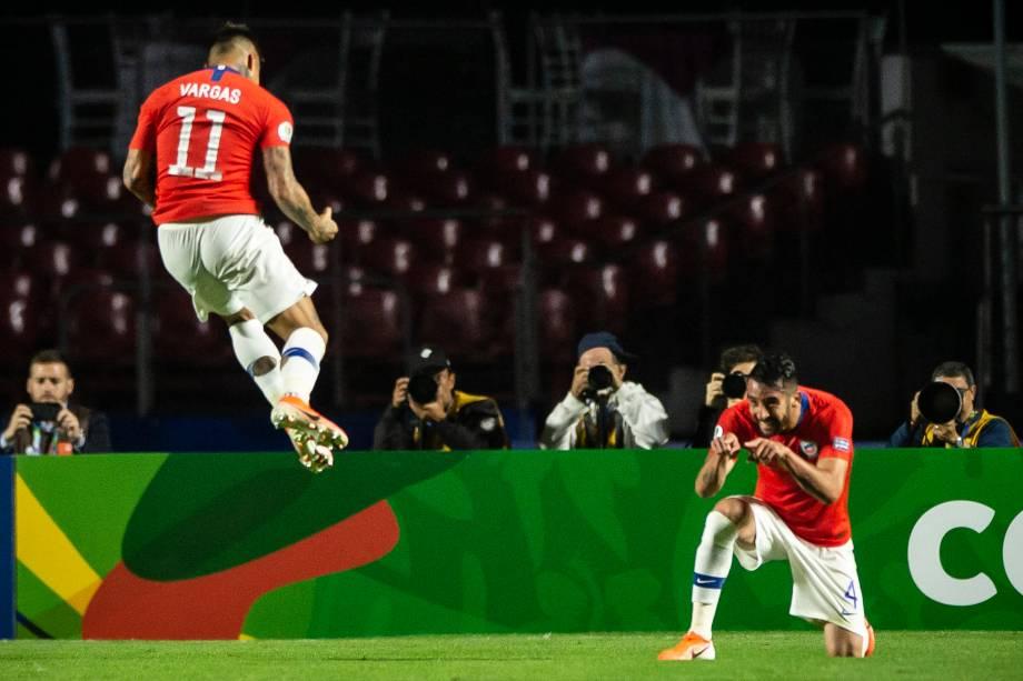 Eduardo Vargas salta para comemorar o gol do Chile na vitória sobre o Japão no estádio do Morumbi