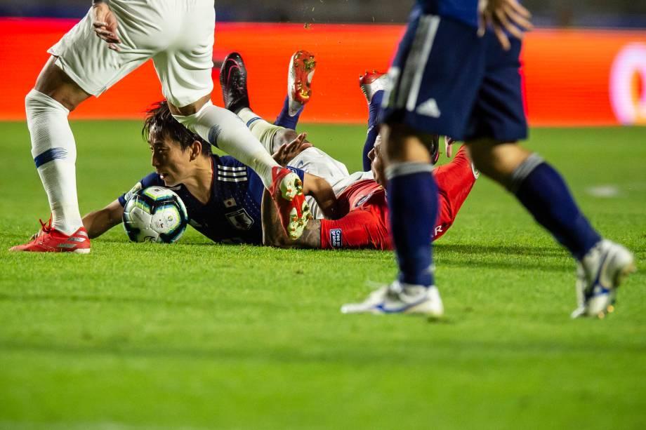 Disputa de bola na partida entre Japão e Chile no estádio do Morumbi