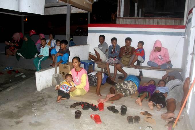 Moradores se juntam na área externa de suas casas depois de um terremoto de 6,9 graus atingir as águas da Indonésia (07/07/2019)