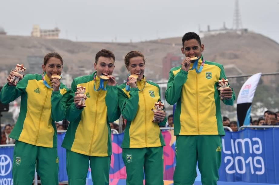 Equipe brasileira de Triathlon exibindo a conquista de ouro na prova de revezamento misto, em Lima, no Peru
