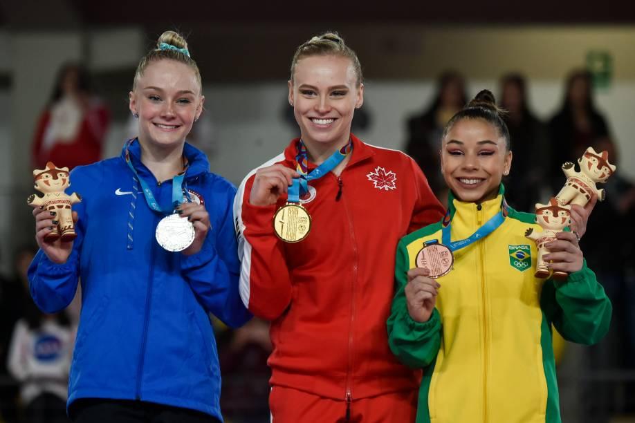 A americana Riley Mc Cusker, a canadense Elsabeth Black e a brasileira Flavia Saraiva posam no pódio com suas medalhas de prata, ouro e bronze, respectivamente, depois de competirem na final individual de Ginástica Artística