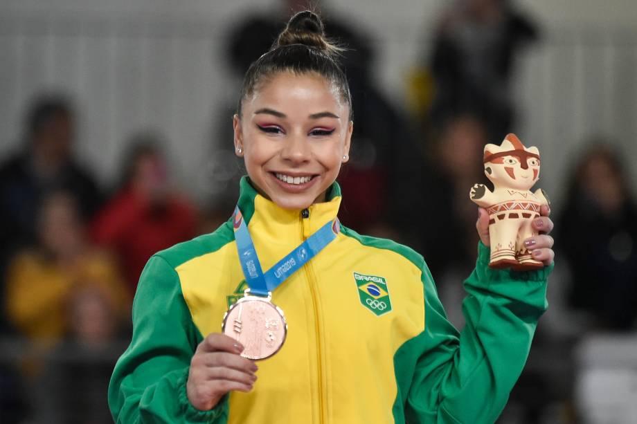 A brasileira Flavinha Saraiva exibe sua medalha de bronze após a final individual de ginástica artística feminina