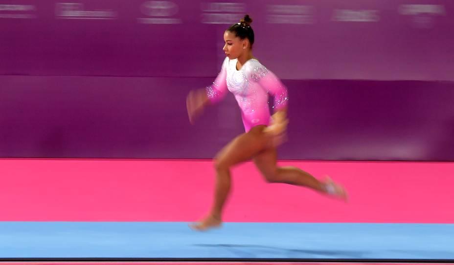A brasileira Flavia Saraiva durante sua apresentação na categoria individual de ginástica artística feminina