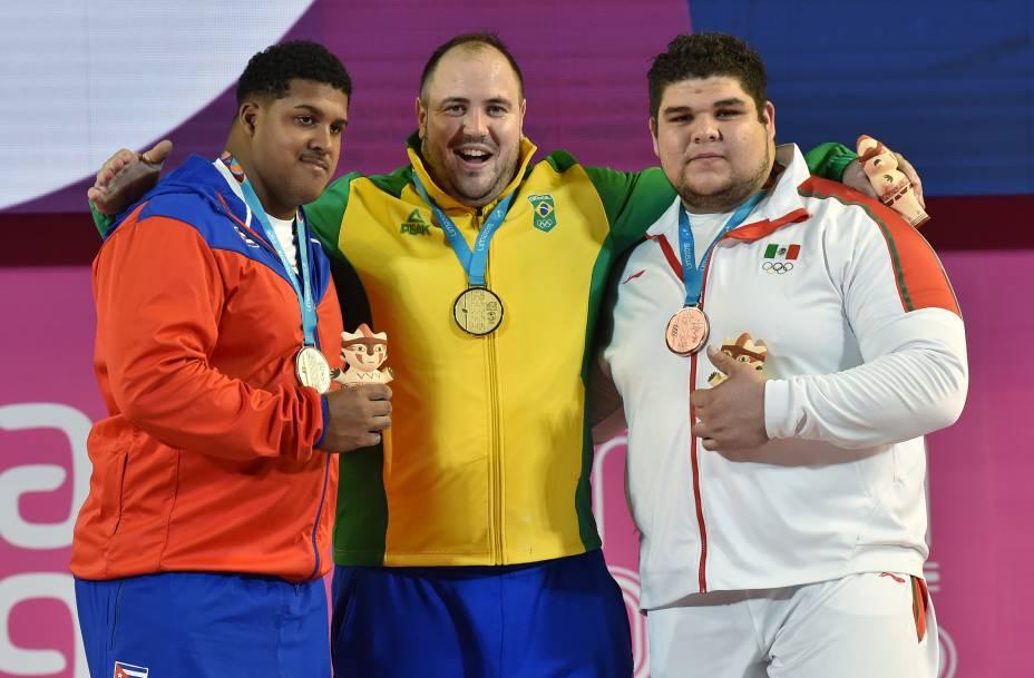 Luis Manuel Lauret, de Cuba, Fernando Saraiva, do Brasil, e Raul Manriquez, do México, posam no pódio com suas medalhas de prata, ouro e bronze, respectivamente, pela competição de Levantamento de Pesos