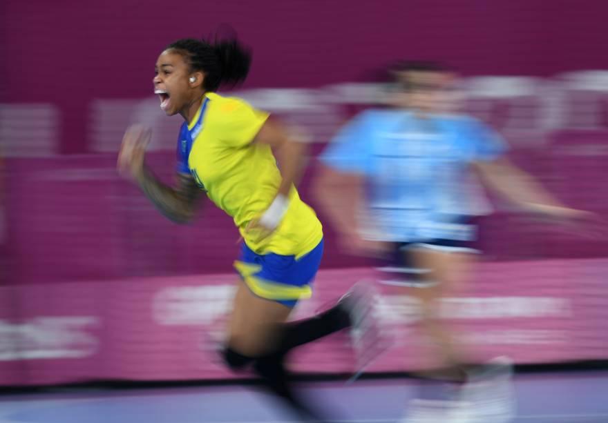 A brasileira Bruna De Paula comemorando depois de marcar contra a Argentina pela final de Handebol Feminino, em Lima