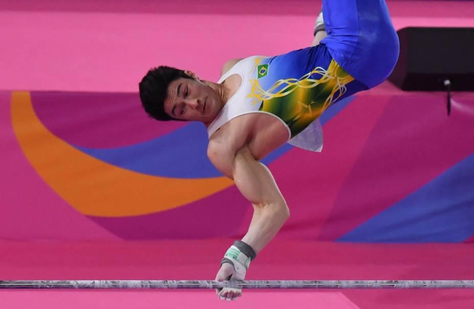 O brasileiro Arthur Nory competindo na final de barra fixa, onde ficou com a medalha de prata