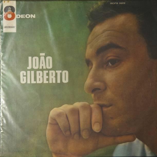 """Capa do disco """"João Gilberto"""" (1961, Odeon), do cantor João Gilberto, fotografado na casa do jornalista Ruy Castro, no bairro do Leblon, zona sul do Rio de Janeiro (RJ)."""