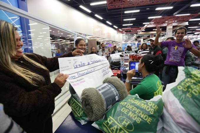 Movimento sem-teto entra em loja da Havan na Grande SP e 'paga' compras com cheque simbólico