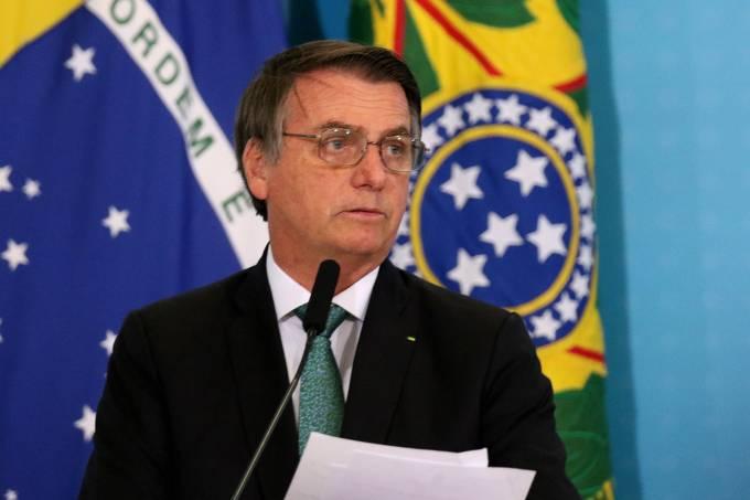 Bolsonaro assina MP que permite saques de contas do FGTS