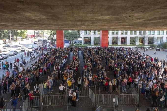 Fila gigante no vão livre do Masp para exposição de Tarsila do Amaral, no dia de entrada gratuita